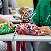 Nederland Rotterdam 23-09-2009 20090923 Serie over onderwijs,   openbare scholengemeenschap mavo, havo en vwo.  Closeup etuis van meiden.                                               .Foto: David Rozing