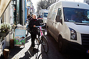In Utrecht moeten fietsers afstappen om voorbij een bestelwagen te komen die aan het laden en lossen is.<br /> <br /> In Utrecht cyclists have to get of their bikes to pass a van unloading.