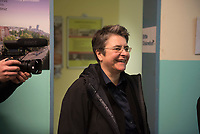 DEU, Deutschland, Germany, Berlin, 15.12.2015: Bezirksbürgermeisterin Monika Herrmann (Die Grünen) bei der Bezirkstour des Berliner Senats in Friedrichshain-Kreuzberg. Hier beim Besuch im Ausbildungsbürgeramt in der Schlesischen Straße.
