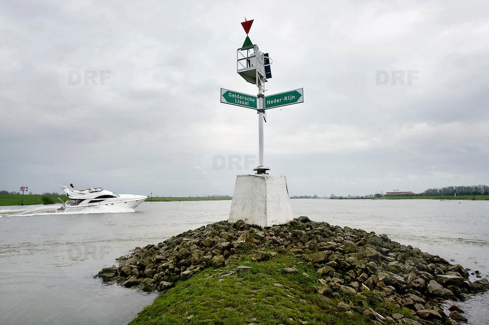 Nederland Westervoort 1 april 2008 20080401 Foto: David Rozing ..Speedboot vaart om het uiterste puntje van de splitsing van de rivier Gelderse IJssel en Neder-Rijn (t.h.v. kmr 878) Vanaf Arnhem varend, moet het splitsingspunt van de IJsselkop zeer ruim gepasseerd worden  i.v.m. sterke stroming. ..Foto: David Rozing