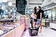 Jakob Fuglsang, dansk cykelrytter der kører for Astana Pro Team. Fuglsang bor i Monaco sammen med sin kone Loulou og datteren Jamie Lou. <br /> Jakob og Loulou nyder hendes anden selskab under en indkøbstur i det lokale supermarked.