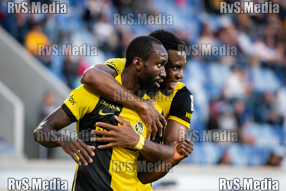 LAUSANNE, SWITZERLAND - SEPTEMBER 22: Jordy Siebatcheu Pefok #17 of BSC Young Boys celebrates his goal with Christopher Martins #35 of BSC Young Boys during the Swiss Super League match between FC Lausanne-Sport and BSC Young Boys at Stade de la Tuiliere on September 22, 2021 in Lausanne, Switzerland. (Photo by Basile Barbey/RvS.Media)