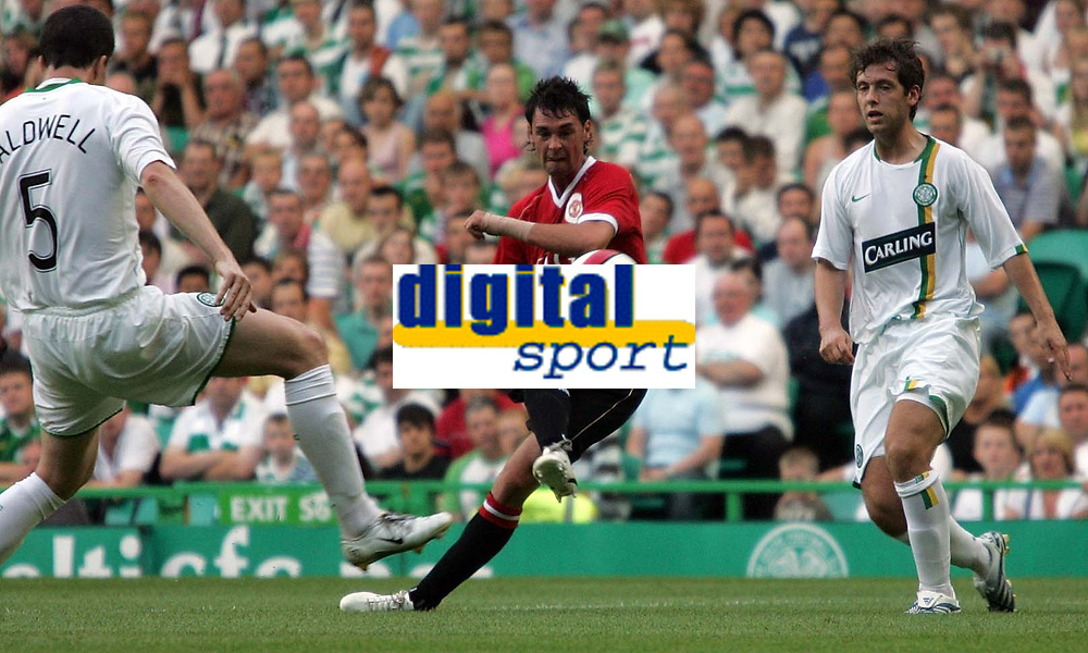 Photo: Paul Thomas.<br /> Glasgow Celtic v Manchester United. Pre Season Friendly. 26/07/2006.<br /> <br /> Chris Eagles (C) of Manchester has a shot at goal.