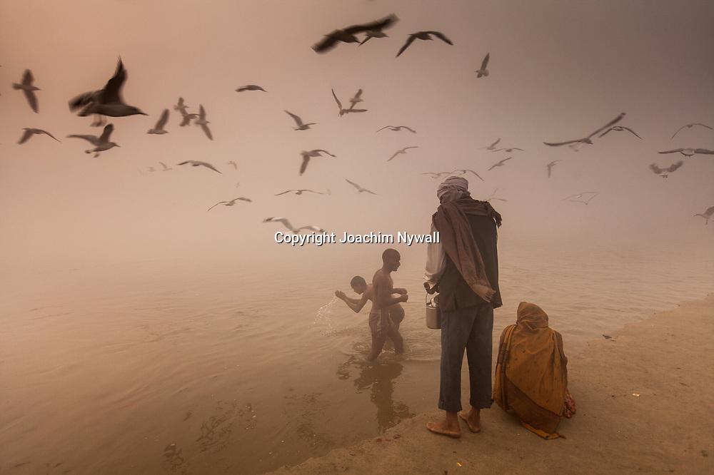 20160106 Allahabad Uttar Pradesh<br /> Pilgrimmer som badar i Ganges i dimman vid Sangam.<br /> <br /> <br /> ----<br /> FOTO : JOACHIM NYWALL KOD 0708840825_1<br /> COPYRIGHT JOACHIM NYWALL<br /> <br /> ***BETALBILD***<br /> Redovisas till <br /> NYWALL MEDIA AB<br /> Strandgatan 30<br /> 461 31 Trollhättan<br /> Prislista enl BLF , om inget annat avtalas.