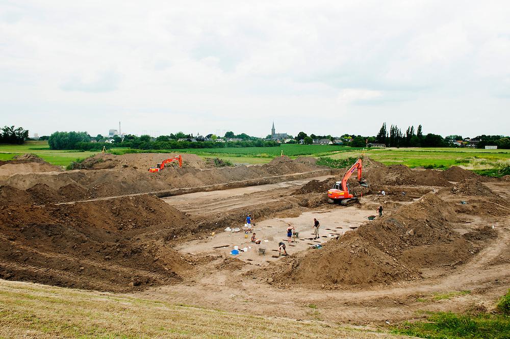 Nederland, Nijmegen, 4 juli 2012.Bij Nijmegen wordt een nieuwe geul voor de Waal gegraven. Voordat het zo ver is mogen archeologen opgravingen doen. Er zijn diverse vondsten uit de romeinse tijd..Foto (c): Michiel Wijnbergh