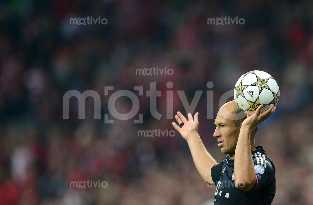 FUSSBALL   CHAMPIONS LEAGUE   SAISON 2012/2013   GRUPPENPHASE   FC Bayern Muenchen - FC Valencia                            19.09.2012 Einwurf von Arjen Robben (FC Bayern Muenchen)