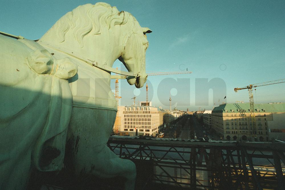 """08 JAN 2001, BERLIN/GERMANY:<br /> Pferd der Quadriga auf dem Brandenburger Tor, waehrend der Restaurierung von Wellblechdaechern umgeben, mit Blick nach Osten auf die Strasse """"Unter den Linden""""<br /> IMAGE: 20010108-01/01-06<br /> KEYWORDS: Architektur"""