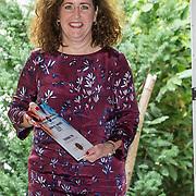 NLD/Den Haag/20180920 - Minister Ingrid van Engelshoven reikt de Life Time Achievement Award uit aan Thomas Tol, Minister Ingrid van Engelshoven