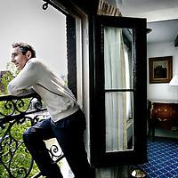 """Nederland,Amsterdam ,22 mei 2008..Het nieuwe boek van de Franse psychiater en neurowetenschapper dr. David Servan - Schreiber heeft de veelzeggende titel """"Antikanker"""" meegekregen. """"Antikanker"""" is eind 2007 in Frankrijk uitgekomen..Op de foto David Servan schreiber gefotografeerd op zijn kamer in het Ambassadehotel. .French psychiatrist and writer David Servan - Schreiber in his hotelroom."""