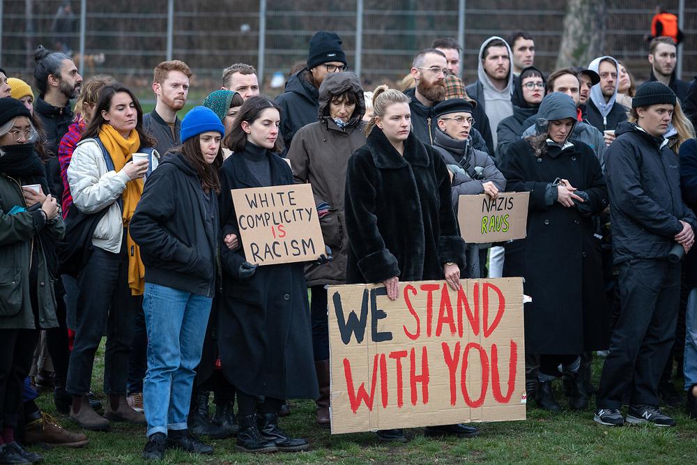 Mehrere hundert Menschen versammeln sich in Berlin Neukölln zu einer Mahnwache, um im Angesicht der Anschläge auf zwei Moscheen im neuseeländischen Christchurch ihre Verbundenheit und Solidarität gegenüber den muslimischen Gemeinschaften aussprechen. Die Teilnehmer sprechen den Betroffenen und Angehörigen ihr Mitgefühl aus und protestieren gegen jede Form von Fremdenhass und religiöser Diskriminierung. Demonstranten mit Schild: We stand with you.<br /> <br /> <br /> [© Christian Mang - Veroeffentlichung nur gg. Honorar (zzgl. MwSt.), Urhebervermerk und Beleg. Nur für redaktionelle Nutzung - Publication only with licence fee payment, copyright notice and voucher copy. For editorial use only - No model release. No property release. Kontakt: mail@christianmang.com.]