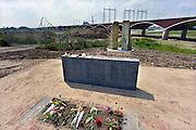 Nederland, Nijmegen, Oosterhout, 10-7-2014 Monument ter herinnering van de oversteek door Amerikaanse militairen van de Waal bij Nijmegen in W.O. II, waarbij de Waalbrug werd veroverd als onderdeel van operatie Market Garden is weer teruggeplaatst. 2e wereldoorlog. Dit is ook de plek waar de tweede stadsbrug, brug, uitkomt. Die verbindt de vinexwijk in Lent en Oosterhout met de stad. Hij begint aan de overkant naast de elektriciteitscentrale. Foto: Flip Franssen/Hollandse Hoogte
