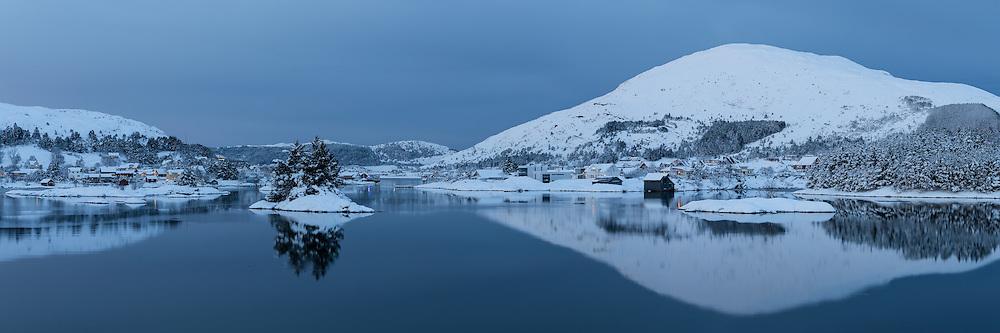 White Christmas at Straumen, Nearby Fosnavåg, Norway  Hvit jul i Straumen, med Reitane og Flusund i venstre kant og Nærøy i høyre kant.
