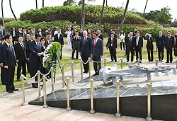 Der japanische Ministerpräsident Shinzo Abe gedenkt der Opfer des Angriffs auf Pearl-Habour von 1941 / 271216 *** Japanese Prime Minister Shinzo Abe lays a wreath at a monument in Honolulu on Dec. 26, 2016, dedicated to the nine people who died in a 2001 collision off Hawaii between the Ehime Maru, a Japanese fisheries school training boat, and a U.S. naval submarine undergoing a demonstration cruise carrying civilians. Abe is in Hawaii for a visit to Pearl Harbor -- the site of the Japanese surprise attack in 1941 that drew the United States into World War II -- and a final summit with U.S. President Barack_Obama.