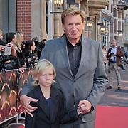 """NLD/Amsterdam/20110925 - Premiere Andre van Duin's show """"Ja hoor ... Daar is hij weer, Henny Huisman en kleinzoon"""
