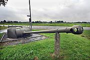 Nederland,Olst, 20-9-2007Geschutskoepel van een Sherman tank uit wo2 als onderdeel van de IJssellinie. Doel van het verdedigingswerk was bij een russische aanval het gebied tussen Kampen en Nijmegen onder water te zetten, innunderen, om tijdwinst te boeken. Hiervoor waren op verschillende plaatsen inlaten gemaakt. Deze waren in de dijk gebouwd en konden geopend worden om het land binnendijks onder water te zetten. Kanonnen moesten deze inlaatplaatsen beschermen. Vrijwilligers hebben voor behoud van diverse objecten gezorgd.Foto: Flip Franssen/Hollandse Hoogte