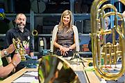 Koningin Maxima brengt werkbezoek aan Instrumentendepot in Amsterdam. Het bezoek vindt plaats in het kader van muziekonderwijs op de basisschool. <br /> <br /> Queen Maxima pays a working visit to Instrument Depot in Amsterdam. The visit takes place in the context of music education in elementary school.<br /> <br /> Op de foto:  Koningin Maxima bezoekt een van de ateliers van het landelijk Instrumentendepot Leerorkest, waar muziekinstrumenten opgeknapt en speelklaar gemaakt worden  ////   Queen Maxima visit one of the workshops of the national Instrument Depot Leerorkest where musical refurbished and ready to play are made
