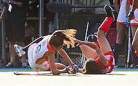 ALKMAAR - Naomi van As (l) komt in botsing met de Chinese Xiaoxu Xu, dinsdag tijdens het vierlandentoernooi Rabo Trophy 2010 hockey in Alkmaar  tussen Nederland en China.