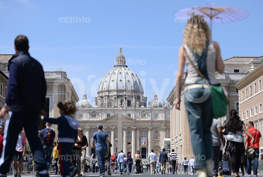 Rom, Vatikan 25.04.2014 Heiligsprechung Papst Johannes Paul II und Papst Johannes XXIII Pilger auf der Via della Conciliazione in Rom, vor dem Hauptportal des Petersdom