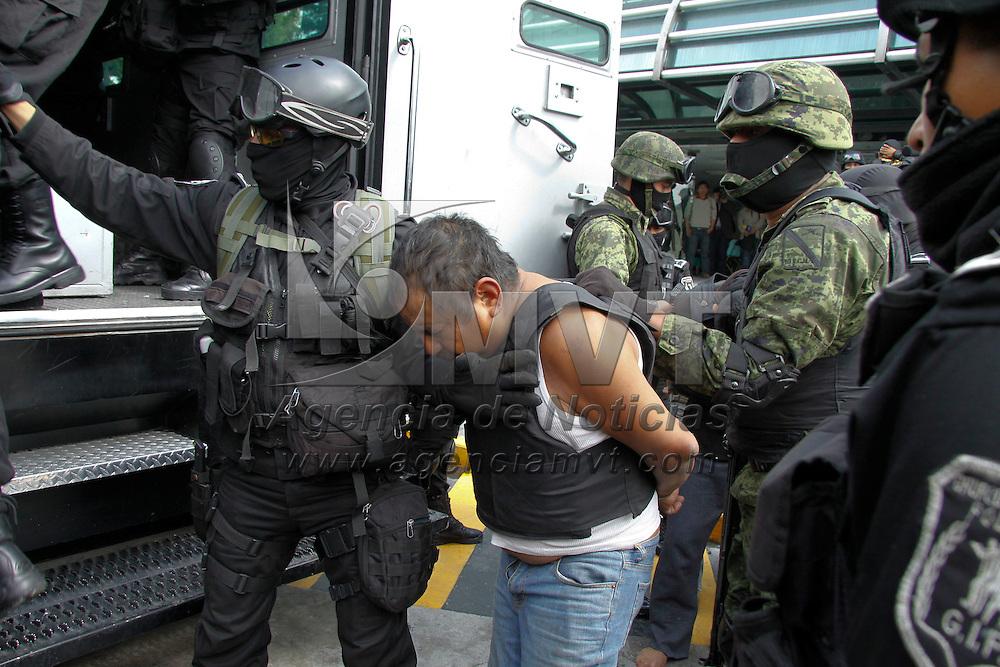 Toluca, México.- La SSC y elementos de la 22 Zona Militar  presentaron a 13 integrantes de un grupo delictivo con origen en Guerrero y que perpetraron el asesinato de jefe de policía de Tenango del Valle. Agencia MVT / Crisanta Espinosa