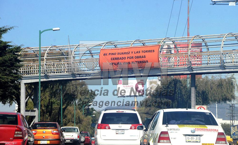 Toluca, México.- Autoridades del ayuntamiento de Toluca de Movilidad del Estado de México, colocaron mantas en la vialidad Pinosuarez, para indicar que los automovilistas devén tomar vías alternas, ya que se serrara el cruce de esta vialidad con las torres, así como policías indican cuales son las vías alternas. Agencia MVT / José Hernández
