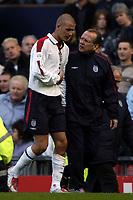 Fotball<br /> Foto: BPI/Digitalsport<br /> NORWAY ONLY<br /> <br /> England v Wales<br /> 09.10.2004<br /> <br /> An injured David  Backham leaves the field clutching his side