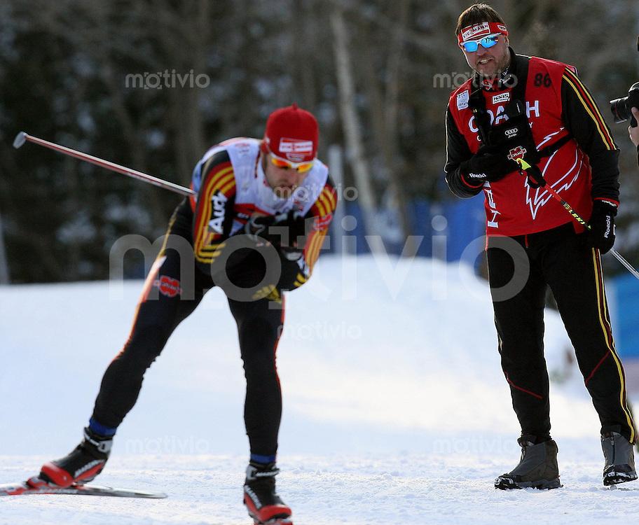 Sapporo , 020307 , Nordische Ski Weltmeisterschaft  Maenner 4x10KM Staffel Rennen ,  Bundestrainer Jochen BEHLE (GER) schaut Axle TEICHMANN (GER) hinterher
