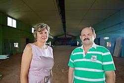 O prefeito de Não-Me-Toque, Antonio Vicente Piva e sua vice-prefeita Teodora Lutkemeyer, no prédio que está sendo reformado para a incubadora indústrial da cidade. FOTO: Jefferson Bernardes/Preview.com