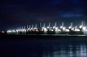 De Oosterscheldekering bij nacht. Deltawerken in Zeeland.