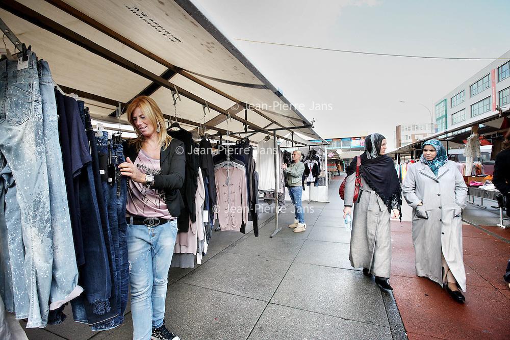 Nederland, Amsterdam , 17 september 2010..Annemarie de Kuiper, bij haar kledingkraam op de markt aan de Slotermeerlaan..Foto:Jean-Pierre Jans