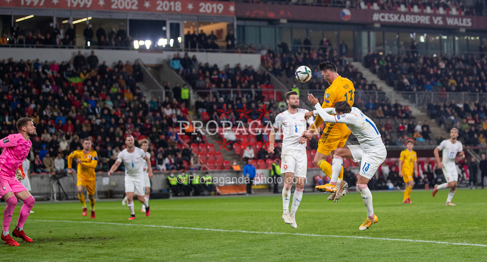 PRAGUE, CZECH REPUBLIC - Friday, October 8, 2021: Wales' Kieffer Moore wins a header during the FIFA World Cup Qatar 2022 Qualifying Group E match between Czech Republic and Wales at the Sinobo Stadium. The game ended in a 2-2 draw. (Pic by David Rawcliffe/Propaganda)