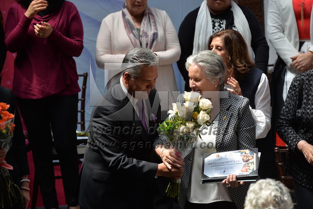 Toluca, México.- (Marzo 08, 2018).- Fernando Zamora Morales, presidente municipal de Toluca, realizó una ceremonia en donde entrego reconocimiento a mujeres lideresas que han Transformado a Toluca en el Marco del Día Internacional de la Mujer. Agencia MVT / Crisanta Espinosa.
