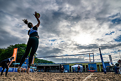 Marly Bak serve against the sisters Marrit en Hester Jasper. From July 1, competition in the Netherlands may be played again for the first time since the start of the corona pandemic. Nevobo and Sportworx, the organizer of the DELA Eredivisie Beach volleyball, are taking this opportunity with both hands. At sunrise, Wednesday exactly at 5.24 a.m., the first whistle will sound for the DELA Eredivisie opening tournament in Zaandam on 1 July 2020 in Zaandam.