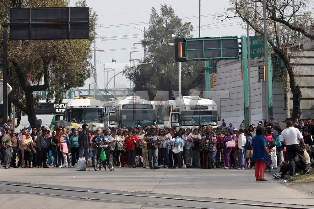 SAN MATEO ATENCO, México.- Integrantes del movimiento El Barzón Popular provenientes del Valle de México bloquearon con camiones la entrada a Toluca a la altura de San Mateo Atenco, exigiendo la liberación de predios en Ecatepec y Texcoco para la construcción de viviendas populares. Agencia MVT / Crisanta Espinosa. (DIGITAL)