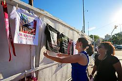 Ambulante vende camisetas e adereços para o público momentos antes do show da Madonna, no estadio Olimpico, em Porto Alegre. FOTO: Jefferson Bernardes/Preview.com