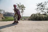 26022019. INDE. BIHAR. La caravane de la paix Karwan-e-Mohabbat. Village d'Aziz Pur, près de la frontière avec le  Népal. Famille hindou de Manju Devi qui a perdu son fils Barthendur, 16 ans, tué par des musulmans qui le soupçonnaient d'entretenir une relation amoureuse avec une adolescente musulmane. Des chiens ont retrouvé son corps 10 jours après sa disparition dans un champ voisin, une main sortant de terre.