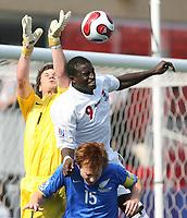 Fotball<br /> VM U20 - Canada<br /> 05.07.2007<br /> Foto: imago/Digitalsport<br /> NORWAY ONLY<br /> <br /> Gambia v New Zealand<br /> Pa Modou Jagne (U20 Gambia, Mitte) gegen Torwart Jacob Spoonley (li.) und Dan Keat (beide U20 Neuseeland)