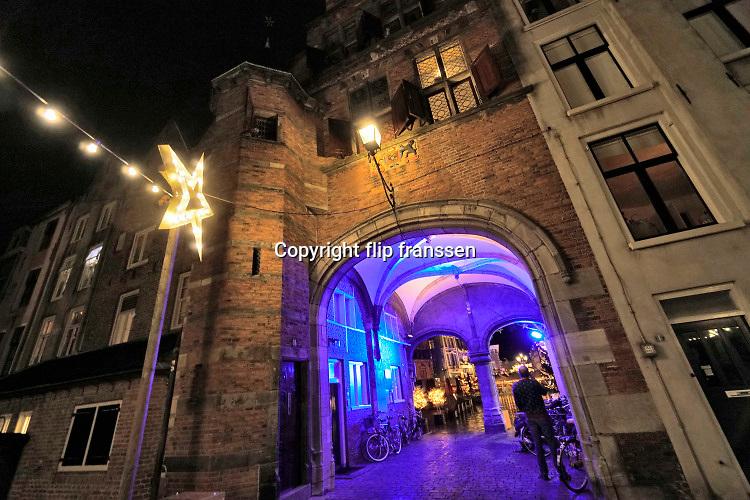 Nederland, Nijmegen, 19-12-2019 In en rond de stevenskerk is kerstversiering aangebracht. Zicht op de grote markt vanuit de kerkboog . Foto: Flip Franssen