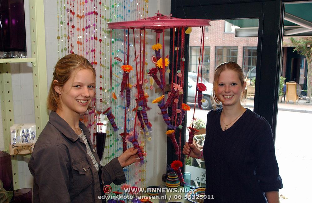 Strelitzia bloemen Havenstraat Huizen, 2 studenten hebben hun diploma gehaald