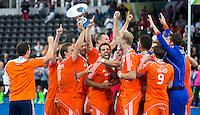 LONDEN -  De spelers van Nederland met de beker na   de  finale  tussen de heren van Nederland en Duitsland (6-1)  bij  het Europees Kampioenschap hockey in Londen.   ANP KOEN SUYK