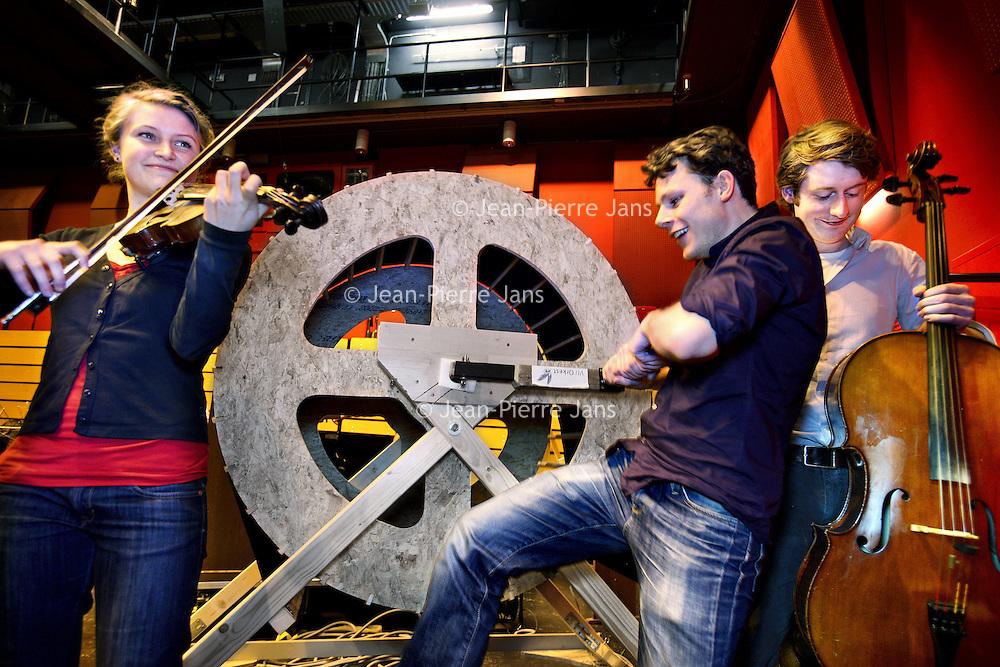 Nederland, Amstelveen , 18 januari 2012..3 lden van het VU orkest dat repeteert n.a.v. hun 50 jarig bestaan..v.l.n.r. Marije, Daan en Lùtsen..Foto:Jean-Pierre Jans