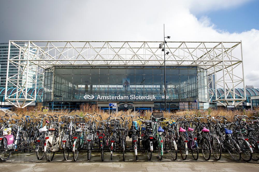 In Amsterdam staan voor station Sloterdijk fietsen in de fietsenstalling waar ze maximaal 14 dagen mogen staan.<br /> <br /> In Amsterdam bicycles are parked in front of Amsterdam Sloterdijk Station in bike racks, allowing for parking maximum 14 days.