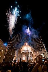 Lecce - Festeggiamenti in onore di Sant'Oronzo, San Giusto e San Fortunato. I fuochi pirotecnici preannunciano l'accensione delle luminarie in Piazza Sant'Oronzo.