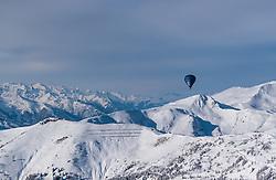 05.02.2018, Zell am See - Kaprun, AUT, BalloonAlps, im Bild ein Heissluftballon bei seiner Fahrt über den Alpen bei der Schmitten // a hot air balloon on his ride over the Alps during the International Balloonalps Week, Zell am See Kaprun, Austria on 2018/02/05. EXPA Pictures © 2018, PhotoCredit: EXPA/ JFK