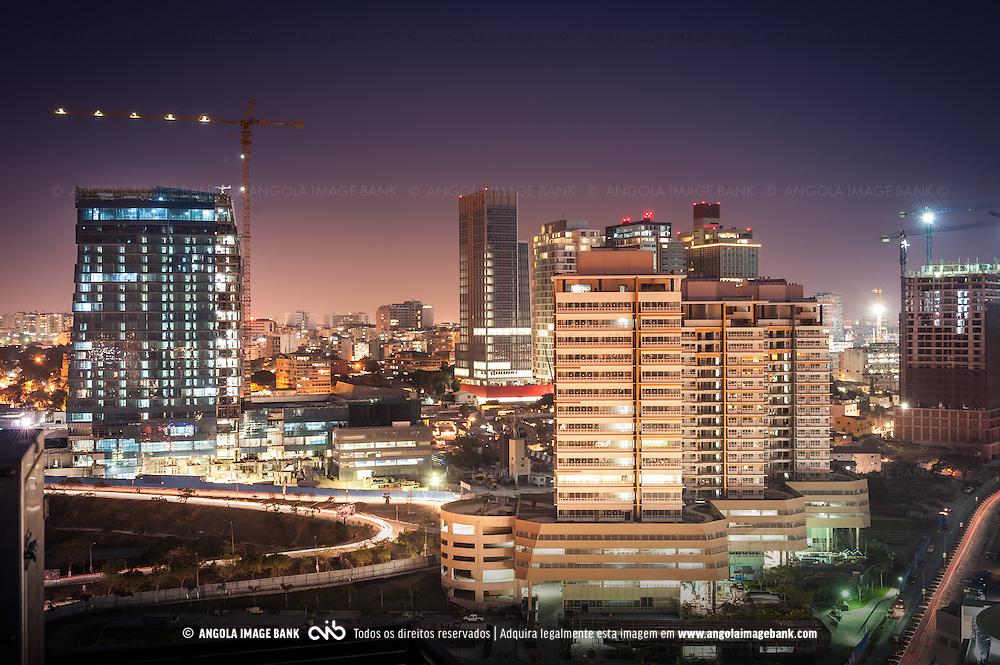 A baixa da cidade de Luanda ao cair da noite. Eixo Viário de Luanda. Angola