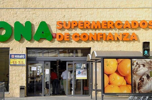 Spanje, Sanlucar, 7-5-2010Consumenten in een supermarkt die de Supermarkt van het Vertrouwen heet. In Spanje gaat het slecht met de economie en het financiele systeem. 20% werkeloosheid en spaarbanken die in de problemen zijn gekomen. Men wil niet met Griekenland vergeleken worden, maar de tekenen voorspellen niet veel goeds.Posters which call for a demonstration against unemployment and the policies of the government. In Spain the economy and financial system is in bad shape. 20% Unemployment and savings banks that have come into trouble. They do not want to be compared with Greece, but the signs do not predict much good.Foto: Flip Franssen/Hollandse Hoogte
