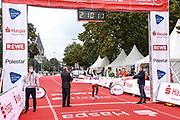 Marathon: Haspa Hamburg 2021, Hamburg, 12.09.2021<br /> Sieger Martin Musau (UGA) im Ziel<br /> © Torsten Helmke