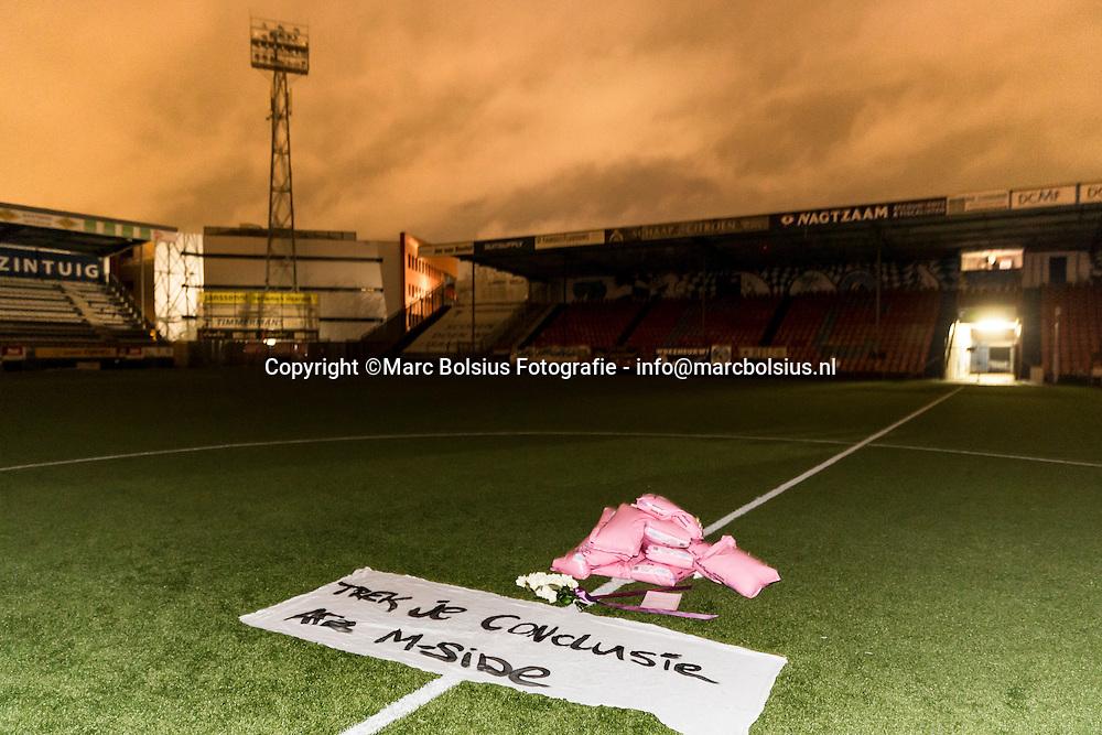 Nederland,  Den Bosch, zoutzakken werden gelegd op de middenstip van voetbalclub Fc Den Bosch.