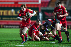 Scarlets' Rhys Patchell makes a break<br /> <br /> Photographer Craig Thomas/Replay Images<br /> <br /> Guinness PRO14 Round 13 - Scarlets v Dragons - Friday 5th January 2018 - Parc Y Scarlets - Llanelli<br /> <br /> World Copyright © Replay Images . All rights reserved. info@replayimages.co.uk - http://replayimages.co.uk