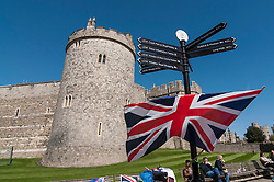 © Licensed to London News Pictures. 20/04/2016. Windsor, UK. Keen royal fans and wellwishers start to arrive and will camp out overnight in order to be in prime position in order to see The Queen as she takes part in a walkabout outside Windsor Castle tomorrow her 90th birthday tomorrow. Photo credit : Stephen Chung/LNP
