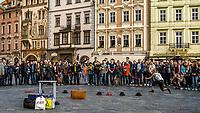 Prague, la ville aux mille tours et mille clochers, n'a pas seulement inspire Andre Breton et les surrealistes. Chaque annee, la belle Tcheque seduit des millions d'admirateurs du monde entier. Monuments, façades et statues racontent une histoire mouvementee ou planent les ombres du Golem, de Mucha ou de Kafka.<br /> Depuis 1992, le centre ville historique est inscrit sur la liste du patrimoine mondial par l'UNESCO<br /> <br /> La place de la Vieille-Ville (Staromestske namesti) est situee au cœur du centre historique de la capitale tcheque.